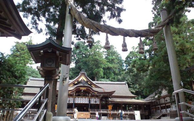 大神神社縄鳥居と拝殿